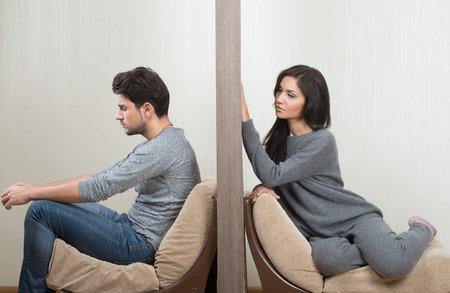 mariage: Conflits entre l'homme et la femme assis de chaque c�t� d'un mur