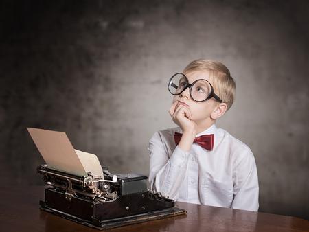 maquina de escribir: Muchacho de sue�o con la vieja m�quina de escribir. Retrato retro del estilo