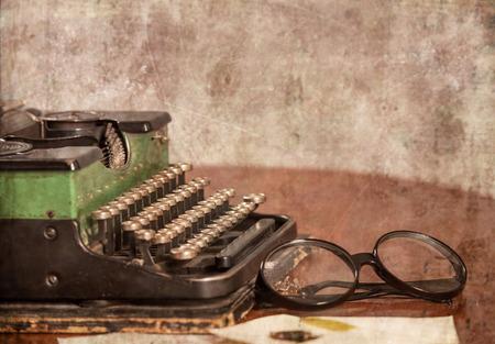 maquina de escribir: M�quinas de escribir antiguas, vasos y cartas sobre la mesa