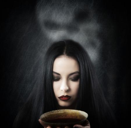 pocion: Bruja con una taza de poci�n