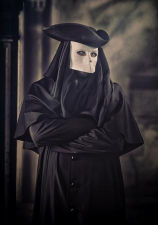 hombre con sombrero: Hombre en traje del carnaval veneciano Foto de archivo