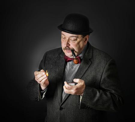 hombre con sombrero: Retro hombre fumando una pipa