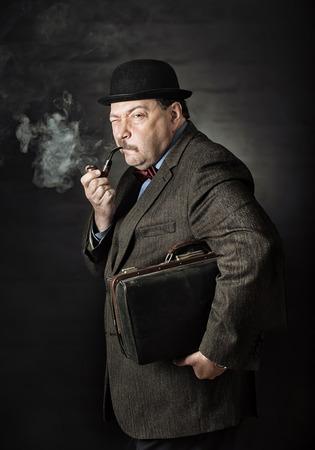 hombre fumando: Retro hombre fumando una pipa