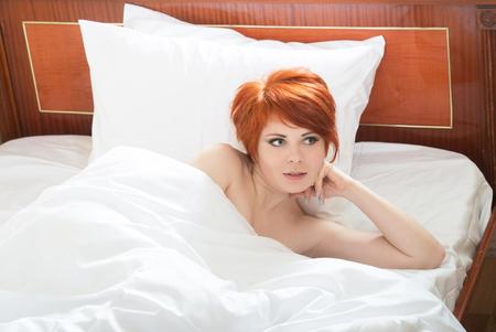 mujer sola: Chica bien descansado despertarse Foto de archivo