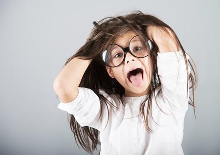 gente loca: Chica loca divertida, tiro del estudio, fondo gris Foto de archivo