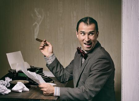 maquina de escribir: hombre escribiendo estilo retro en una m�quina de escribir Foto de archivo