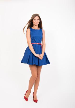 skinny: Muchacha bonita sonriente en vestido azul, estudio de retrato de cuerpo entero Foto de archivo