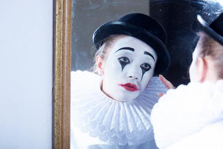 mimo: Triste mimo Pierrot que mira el espejo