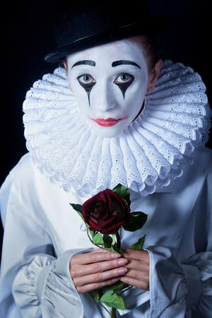 mimo: Pierrot Mime triste con una rosa roja
