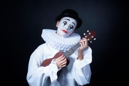 mimo: Triste mimo Pierrot juega la pequeña guitarra
