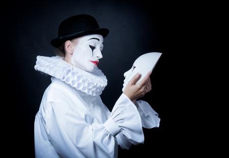 mimo: Triste mimo Pierrot mirando la m�scara