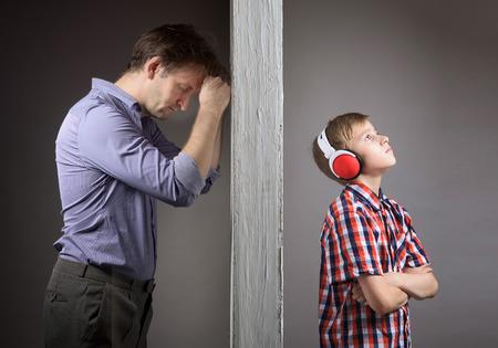 personas discutiendo: Los problemas entre padre e hijo Foto de archivo