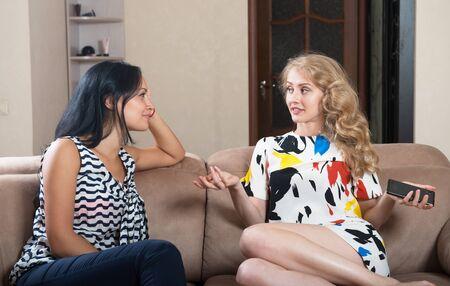 Two young women talking Imagens