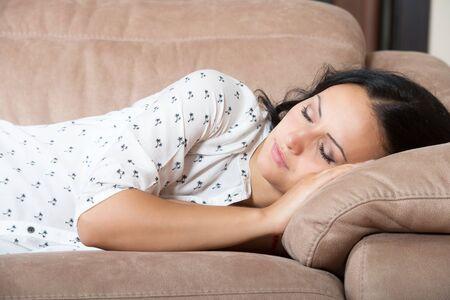 cansancio: Mujer que duerme en el sof�