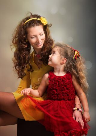 mujeres elegantes: Retrato de la madre y su hija