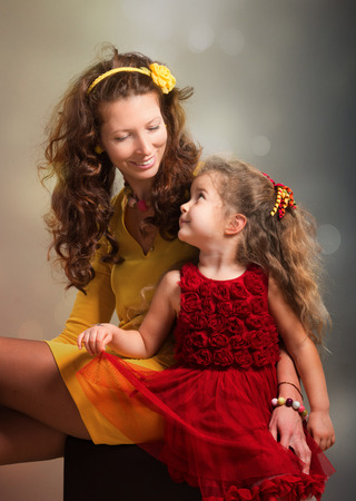donne eleganti: Ritratto di madre e figlia