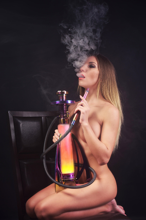 desnudo: Mujer desnuda fumar narguile