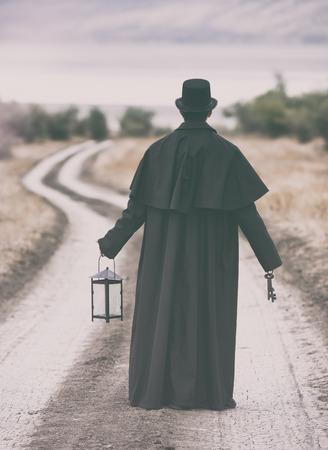 vestidos de epoca: estilizado retrato de un hombre en el abrigo de Garrick pie en el camino rural