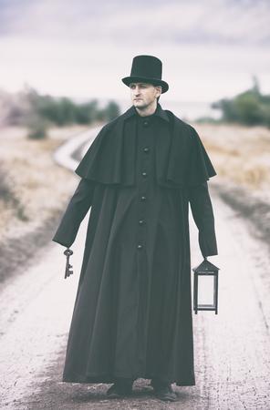 vestidos de epoca: estilizado retrato de un hombre hosco en el abrigo de Garrick con una linterna hormiga un manojo de llaves en sus manos