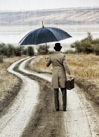 uomo sotto la pioggia: Retro uomo di stile sotto la pioggia, vista dalla parte posteriore