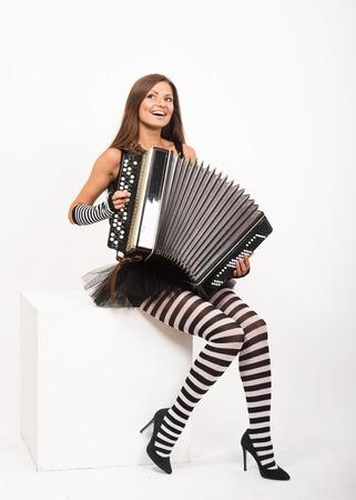 acordeón: Muchacha bonita sonriente tocando el acordeón ruso botón bayan