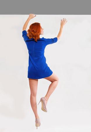 mujeres de espalda: Mujer que sube una pared Foto de archivo
