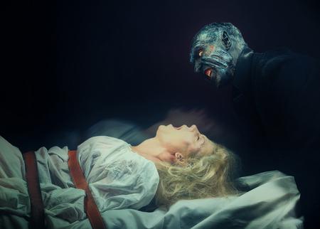mujer fea: Pesadilla. Mujer insana y su monstruo interior Foto de archivo