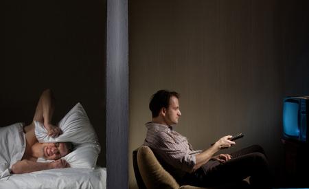 ruido: El hombre de la noche no puede conciliar el sueño debido al ruido vecino