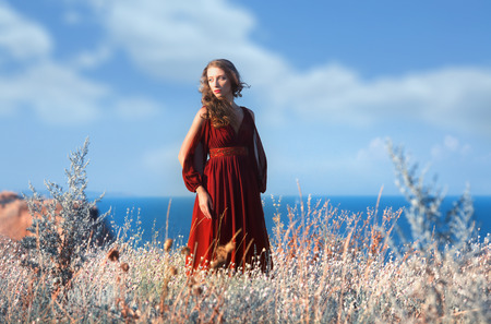 vestido medieval: Al aire libre retrato de una mujer pensativa en alineada medieval