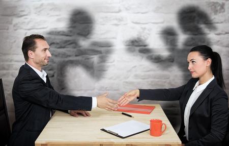 hipocresía: La gente de negocios con motivos ocultos, el concepto de la hipocresía Foto de archivo