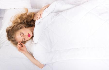 mujer sola: Retrato de una niña durmiendo, ver desde arriba Foto de archivo