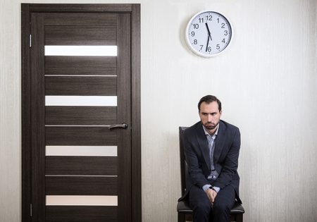 Portrait eines unsicheren Mann für ein Vorstellungsgespräch warten