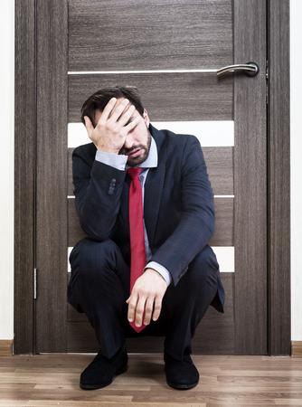 Unsichere Mann für ein Vorstellungsgespräch warten Standard-Bild