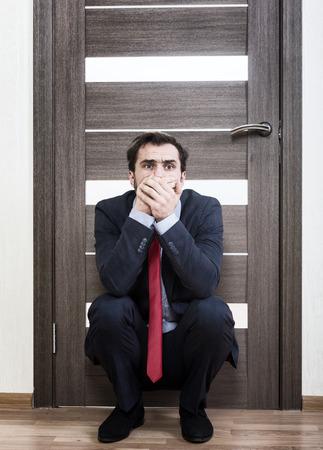 Unsichere Mann für ein Vorstellungsgespräch warten