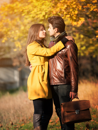 pareja abrazada: joven romántica pareja abrazada en el parque del otoño