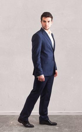persona caminando: Retrato de hombre guapo
