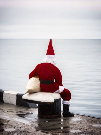 Santa claus looking look into the distance. Loneliness concept. Banque d'images