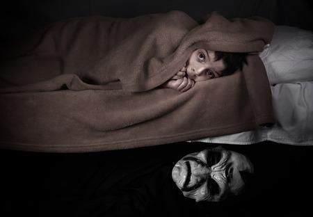Petit garçon et monstre sous le lit. Notion de mauvais rêves.