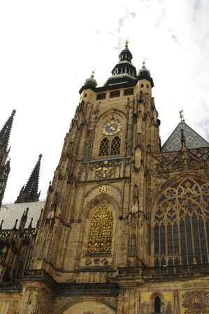 cz: Saint Vitus Cathedral is a Roman Catholic cathedral in Prague, and the seat of the Archbishop of Prague. This cathedral is an excellent example of Gothic architecture and is the biggest and most important church in the country. Located within Prague Castl Stock Photo