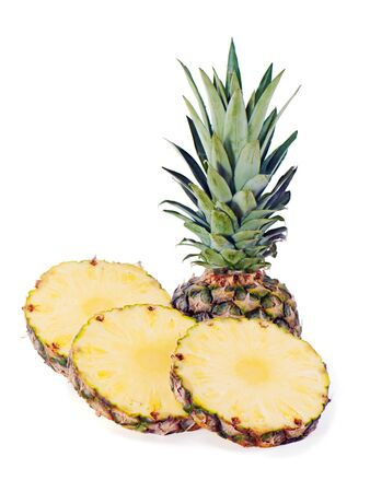 reife Ananas mit Scheiben isoliert auf weißem Hintergrund