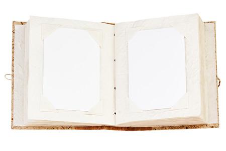 Open oud fotoalbum met plaats voor uw foto's op een witte achtergrond. Close-up.