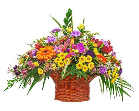 arreglo de flores: Ramo de la flor central disposición en la cesta de mimbre aislada sobre fondo blanco. Primer plano. Foto de archivo