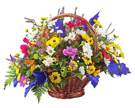 Bloemen boeket regeling middelpunt in rieten mand op een witte achtergrond. Close-up.