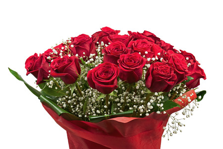 Ramo de flores de rosas rojas sobre fondo blanco. Primer plano.