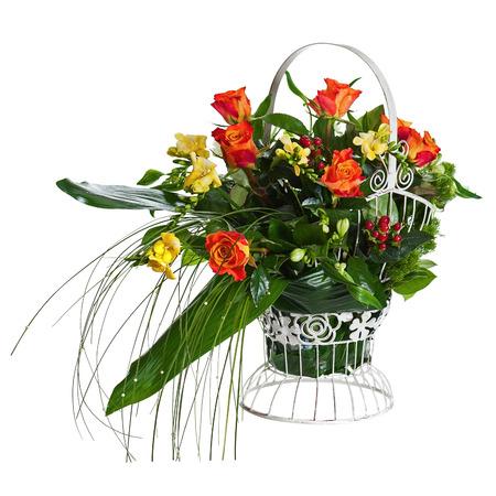 arreglo floral: Colorida pieza central de flores del ramo en cesta del metal aislado en el fondo blanco. De Cerca.