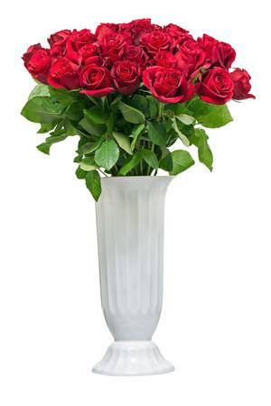 ramo de flores: Ramo colorido de la flor de rosas rojas en florero blanco aislado en fondo blanco.