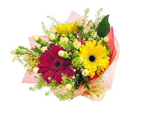 ramo de flores: Hermoso ramo de gerberas, claveles y otras flores en el paquete rojo aislado en fondo blanco.