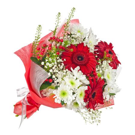 カラフルな花の花束は、白い背景で隔離赤い紙で。クローズ アップ。
