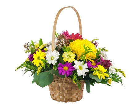 Blumen-Bouquet aus mehreren farbigen Chrysanthemen und andere Blumen-Arrangement Herzstück in Weidenkorb isoliert auf weißem Hintergrund. Standard-Bild - 39180808