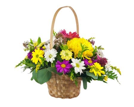 Boeket bloemen van multi gekleurde chrysant en andere bloemen regeling middelpunt in rieten mand op een witte achtergrond. Stockfoto